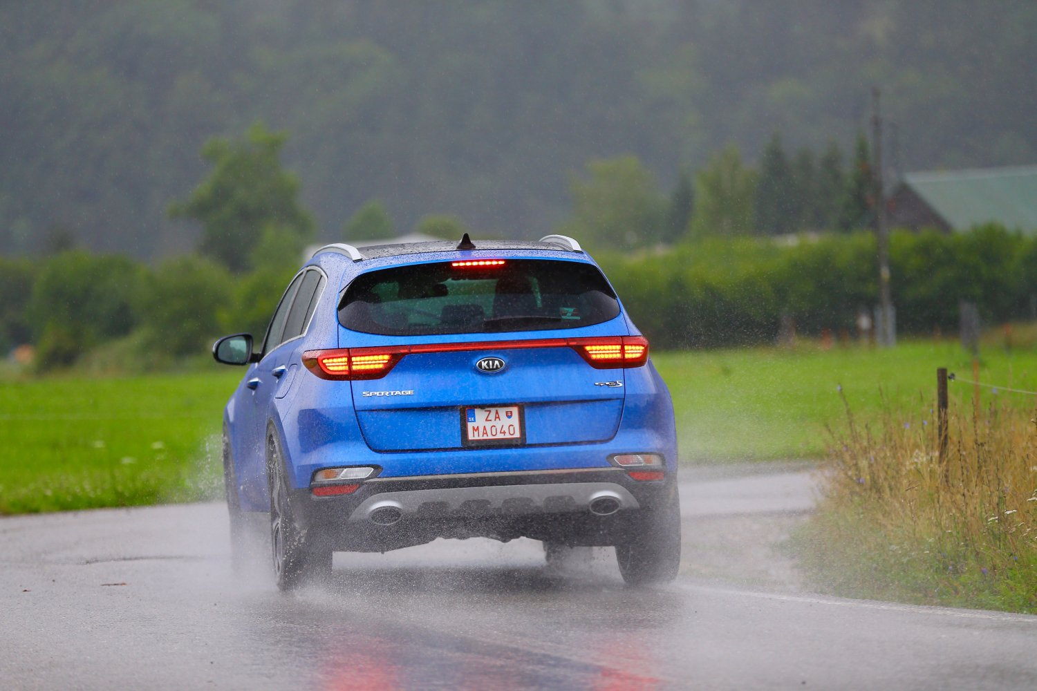 KIA Sportage blue rainy day rear