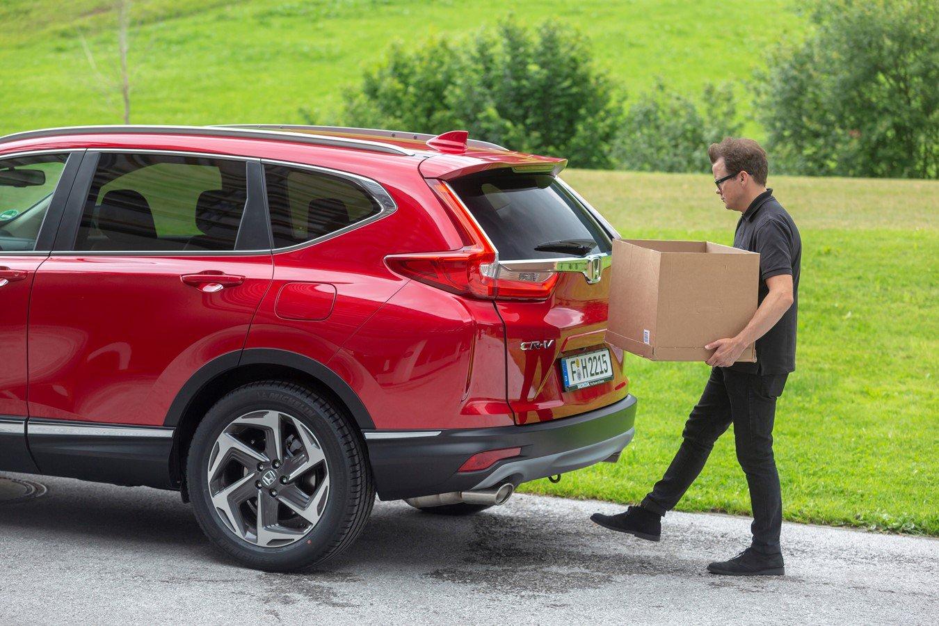 Honda CR-V and man loading box in boot