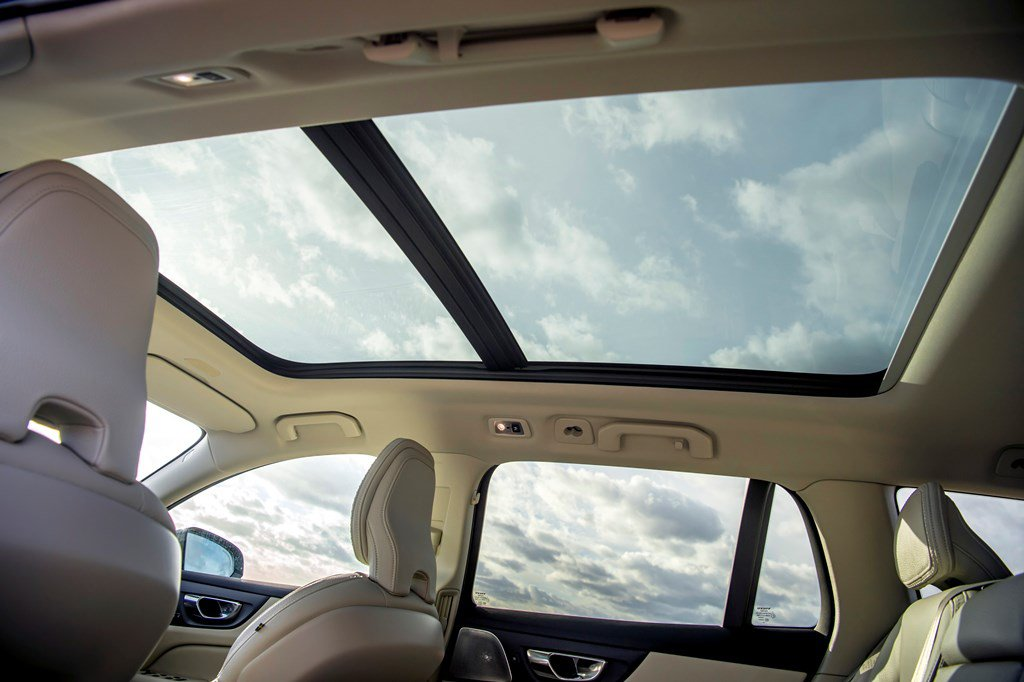 2019 Volvo V60 Cross Country sliding panoramic roof