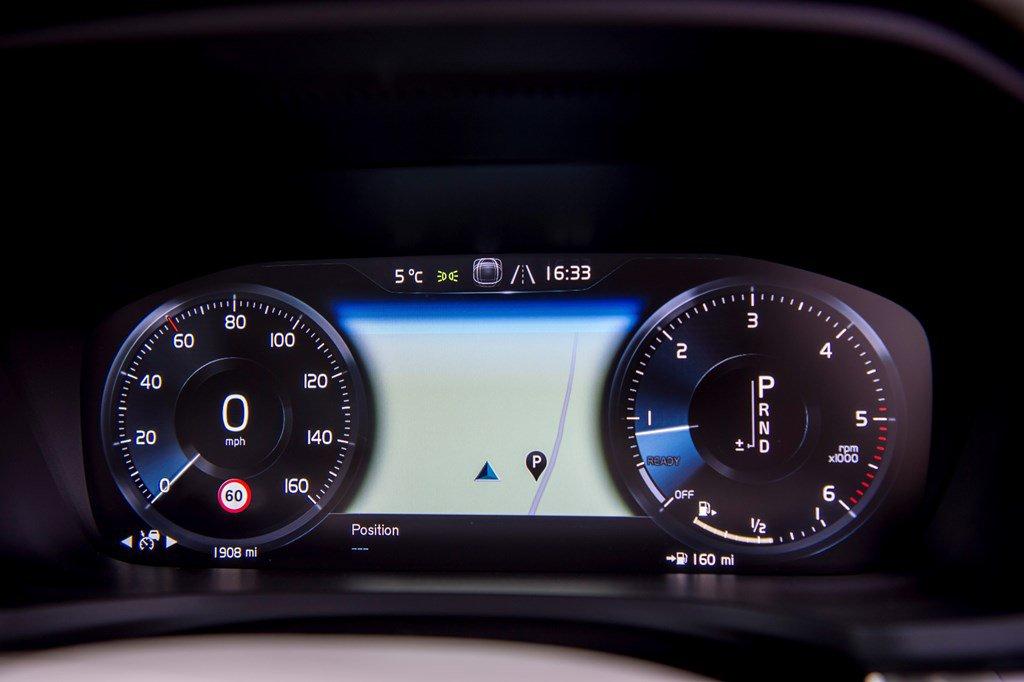 2019 Volvo V60 Cross Country digital instrument panel